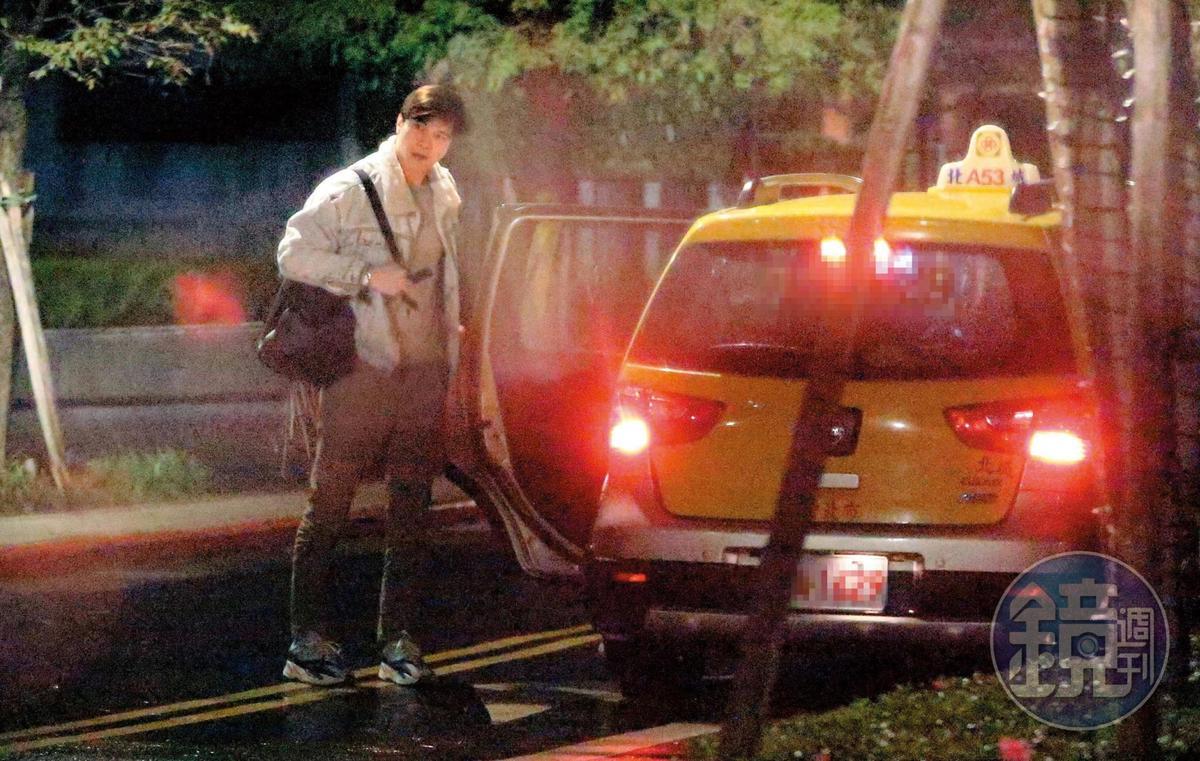 12/28 01:24 謝佳見帶著醉意準備搭計程車返家。