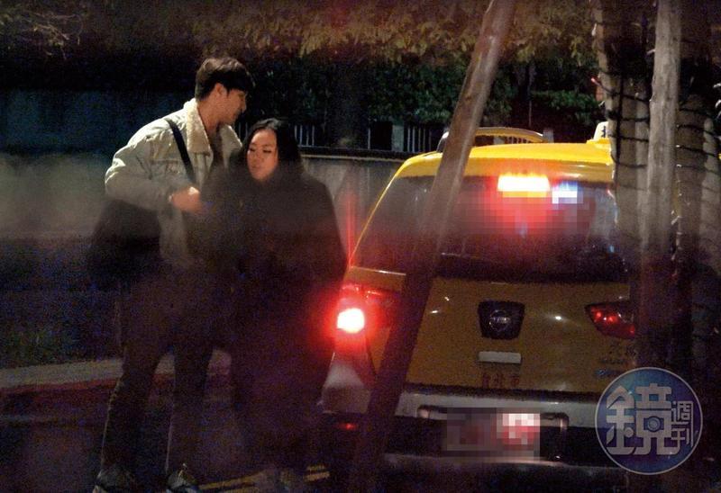 12/28 01:26 謝佳見大馬好友來台「探親」,兩人一起上車回家。