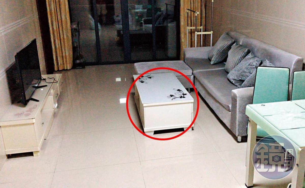 鴻海集團旗下富士康王姓經理在家中茶几(紅圈處)放錄音筆,錄得妻子的約砲對話證據。(讀者提供)