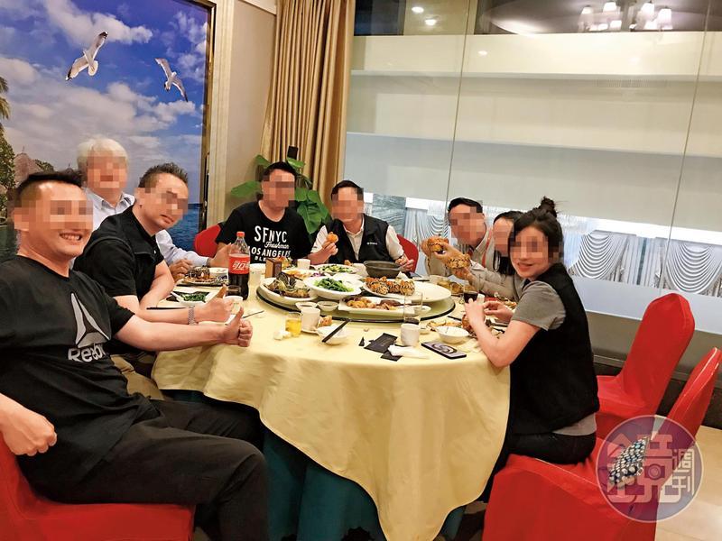 鴻海集團旗下富士康王姓經理(左1)、妻子(右1)及曾姓副總(左2)都是香港人吃飯團成員,卻傳出桃色醜聞。(讀者提供)
