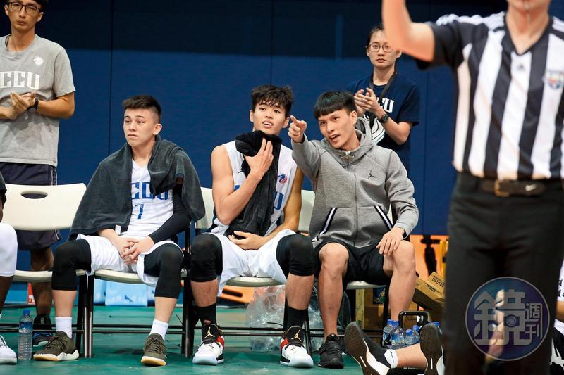 在政大對上健行科大的UBA賽事中,教練以負傷為由安排洪楷傑(右)坐板凳,他仍不忘對球場動態發表意見。