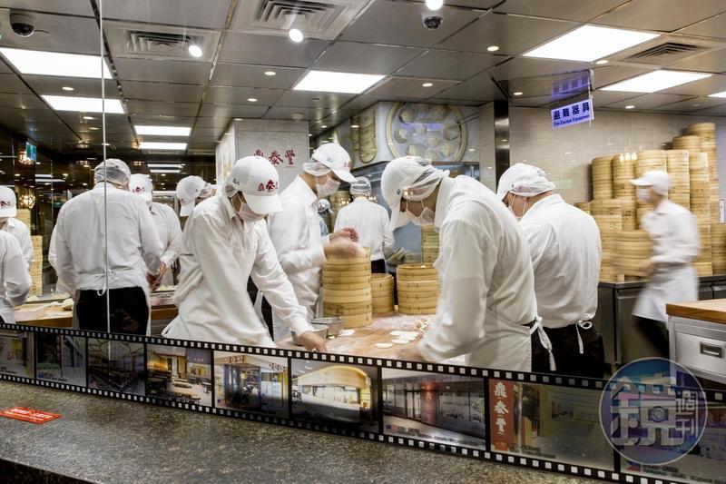 民眾爆料,鼎泰豐將原本高等級劍蝦替換為低價養殖蝦,對此鼎泰豐表示,乃因海洋資源枯竭,導致劍蝦供應不足。