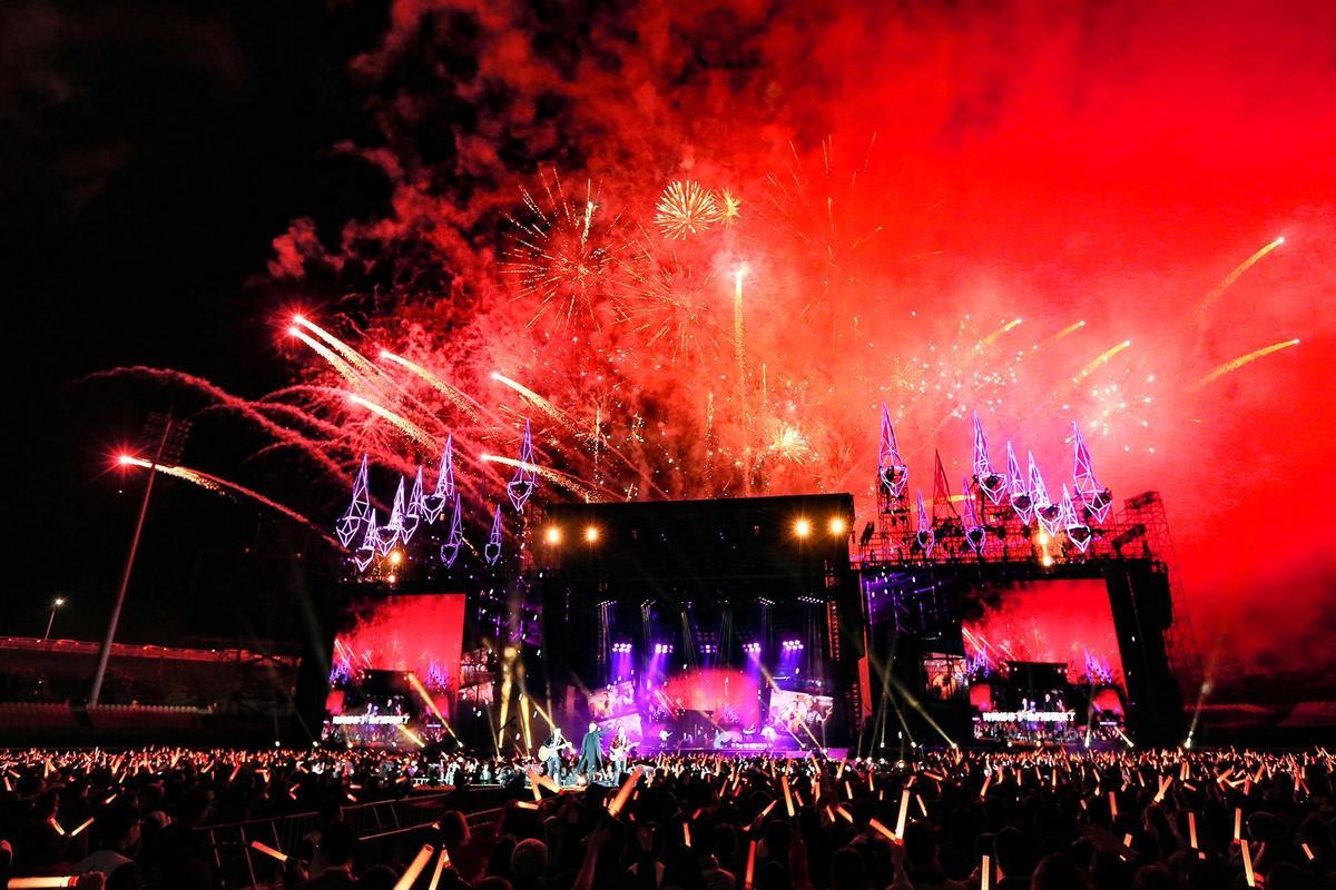 陪著歌迷倒數的五月天,送上2分多鐘的煙火非常璀璨。(相信音樂提供)