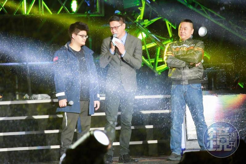 台北跨年晚會以電競《爐石戰記》作為開場,還邀請世界冠軍Tom(左)與邰智源(右)對決。