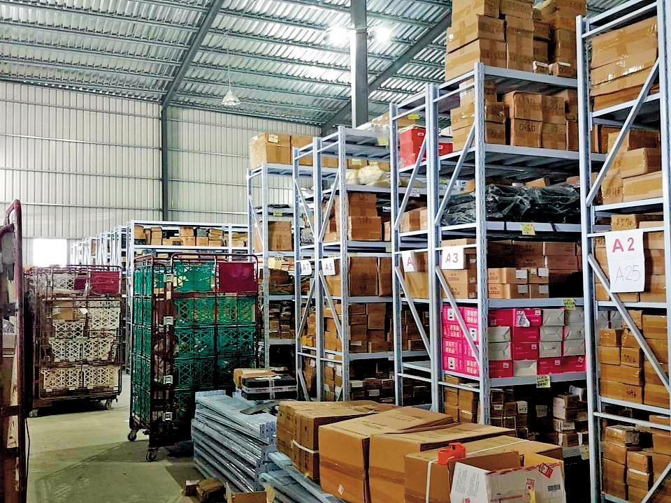 業者以排序整齊的貨架展示,刻意營造百貨供應的管理規模吸引客戶。(讀者提供)
