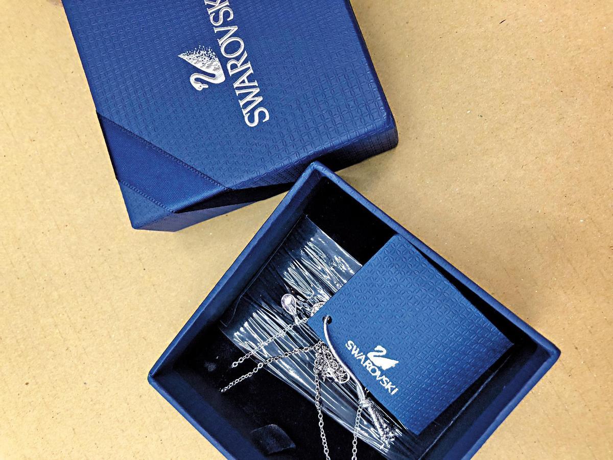 盲包內有不少山寨版名牌飾品,包裝品質不堪。(讀者提供)