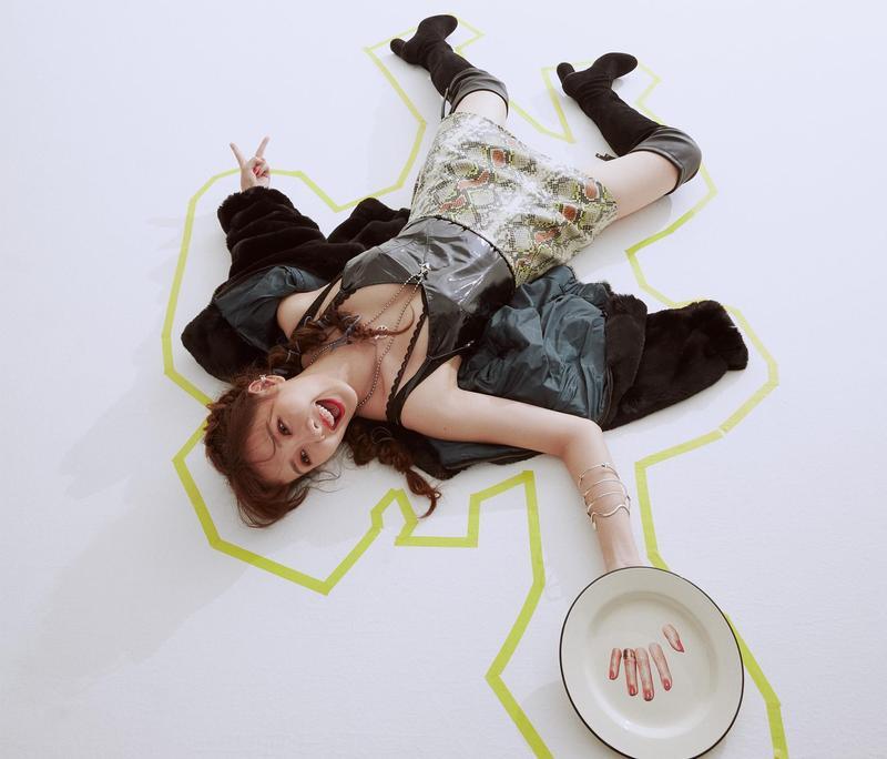 安心亞在拍攝現場調皮地躺在地上,甚至拉起了黃線假扮成是案發現場!