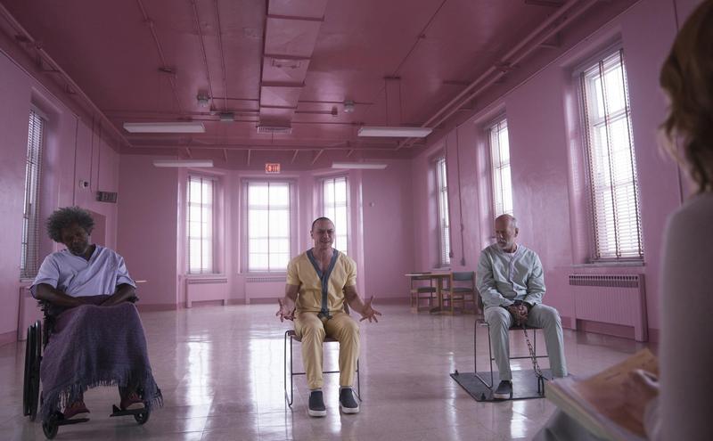 導演M.奈沙馬蘭結合2000年的《驚心動魄》與2016年的《分裂》,讓3位主角另組「精神者聯盟」,驚悚效果十足。(迪士尼提供)