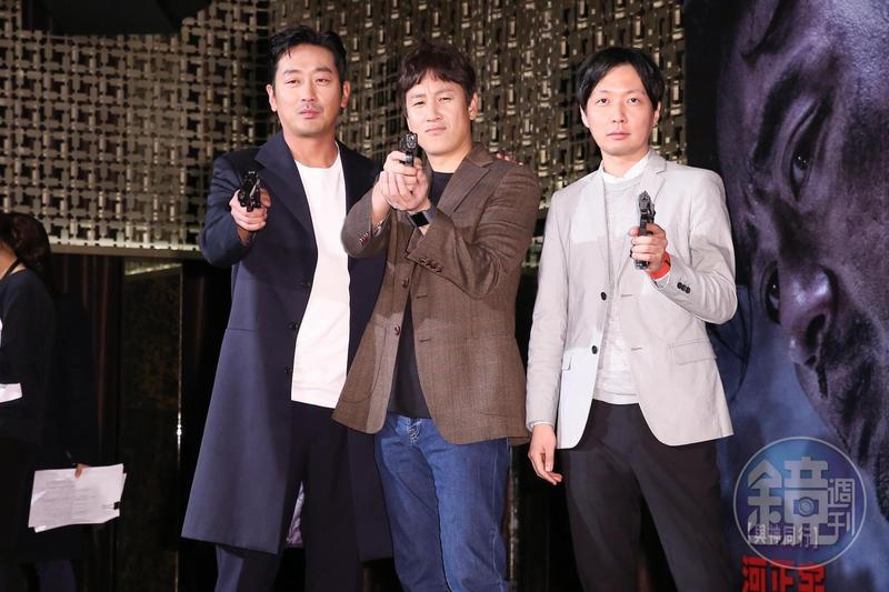 《90分鐘末日倒數》導演金秉祐與兩大主角河正宇、李善均出席記者會。