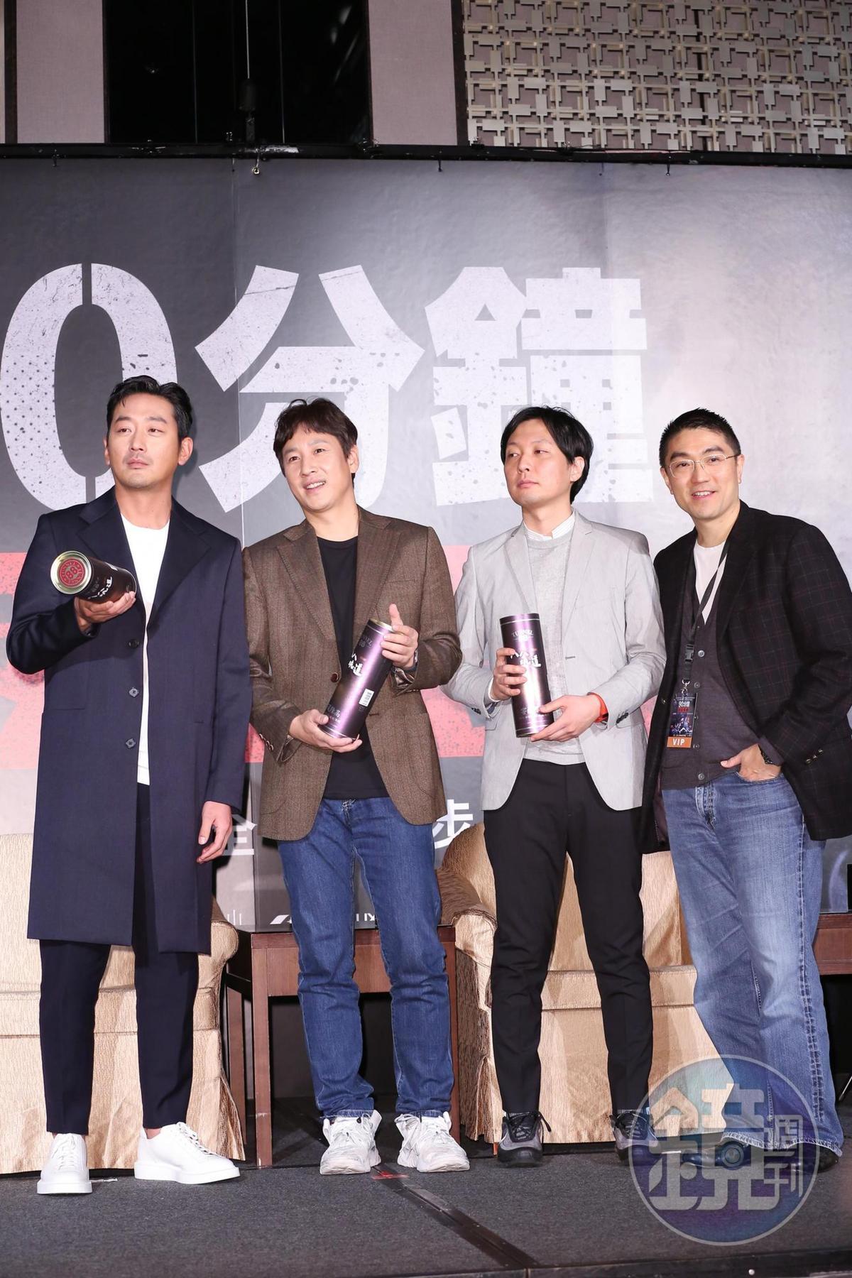 華聯國際董事長謝國樑特地送上高粱祝賀,喜歡酒的兩位演員超開心。