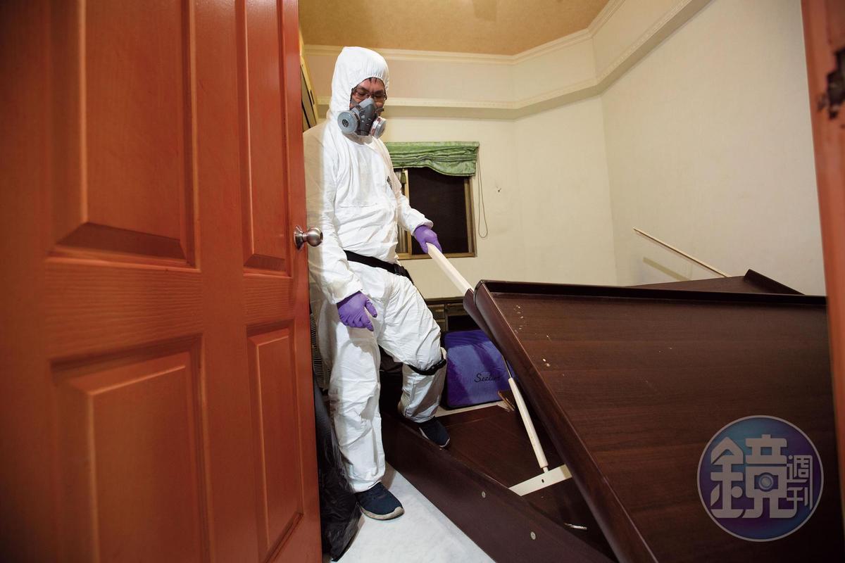 遇上往生者在床上死亡多日才被發現,床板被屍水、血液、殘留組織等汙染,盧致宏會幫忙全面消毒。