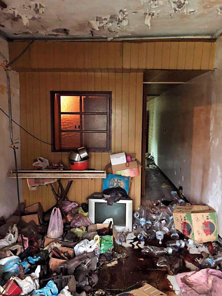 【處理前】過去盧致宏曾處理過推滿雜物、屋況極差的房子,除了清潔,也幫忙拆除老舊的木板隔間。(盧致宏提供)