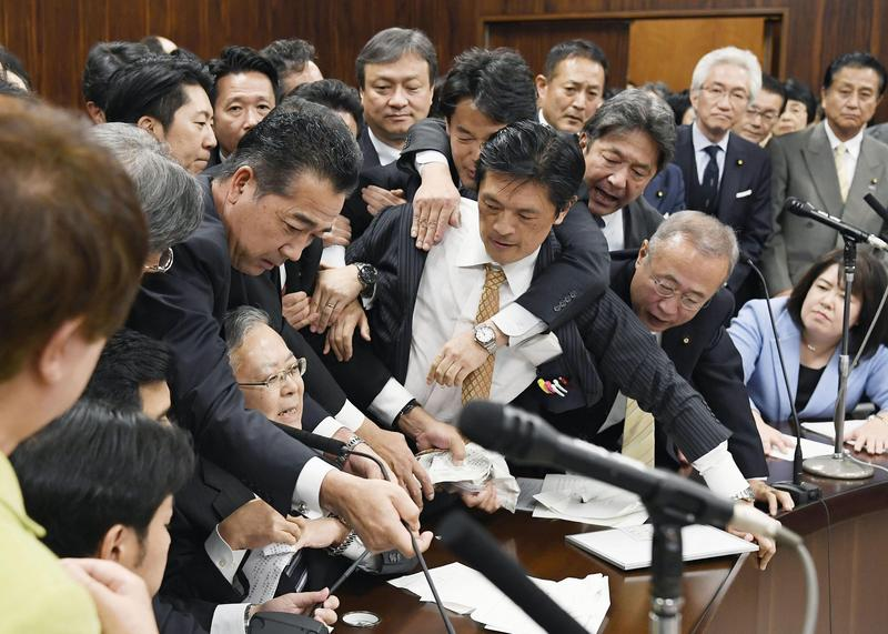 日本參院在審議外勞引進法案時爆發激烈推擠。(東方IC)
