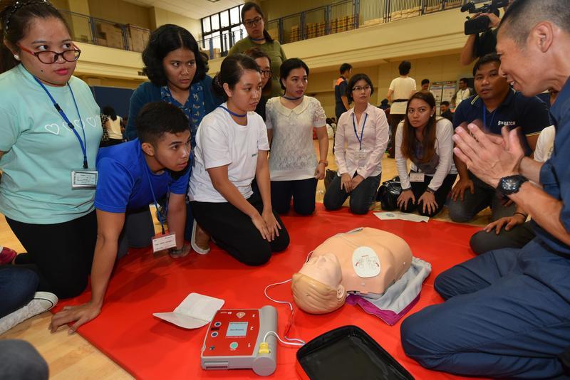一群菲律賓外勞接受日本政府安排的CPR訓練。(東方IC)
