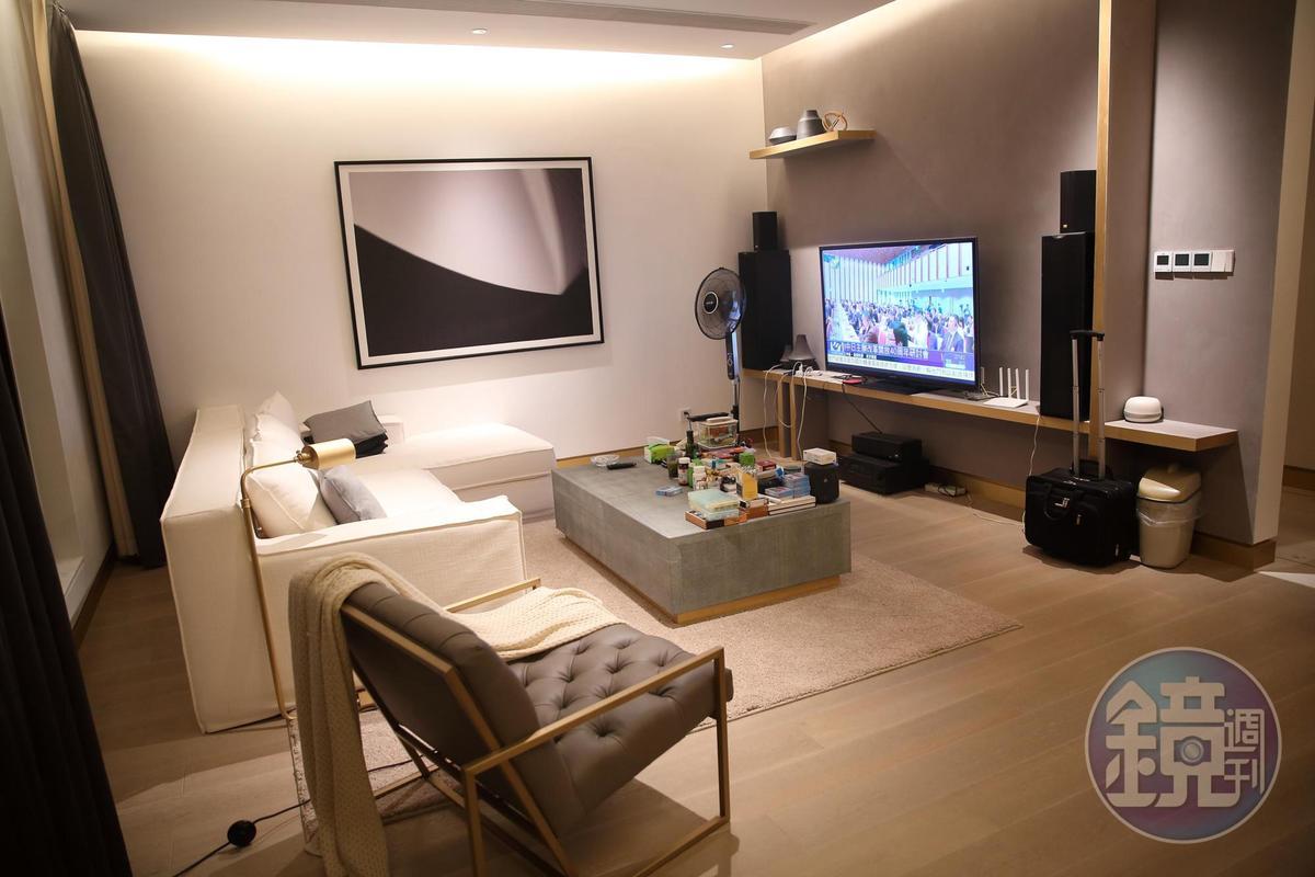 黑白灰色系的裝潢充滿時尚感,謝智通的家裡簡直是家具店展示間。