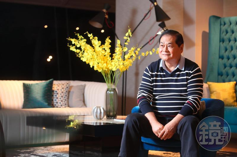 從沒出國唸過書,謝智通一次就考上導遊,大一時半工半讀收入就比公務員父親還多。