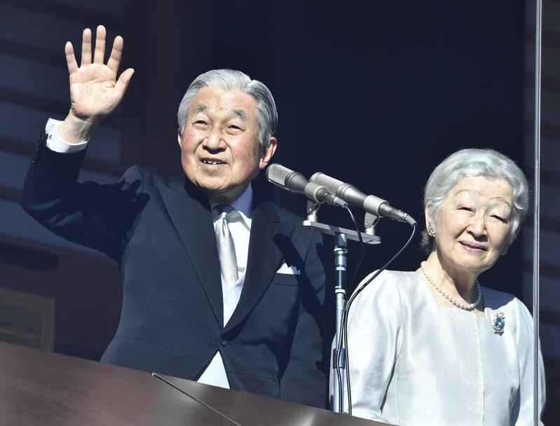 日本皇室昨舉行新年參賀,這也是明仁天皇(右)任內最後一次發表新年致詞。(東方IC)