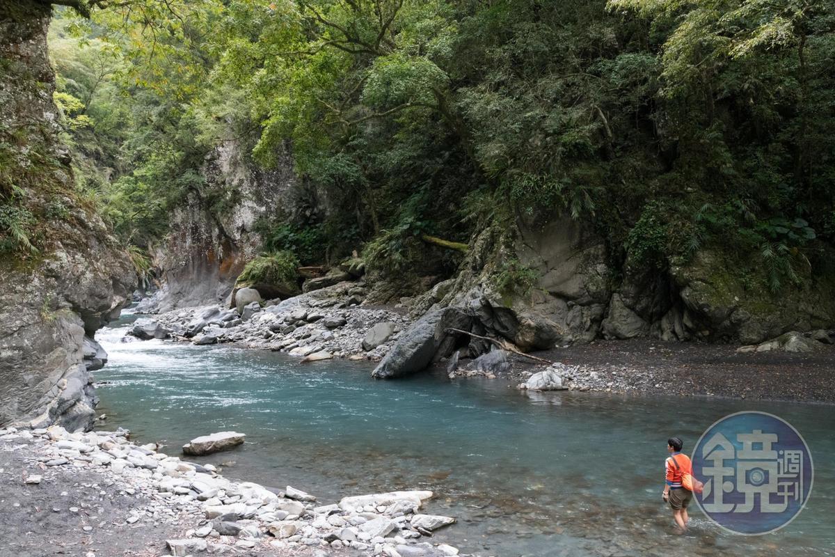 下切至溪谷,選擇過溪至對岸,沿石壁往上游前進。