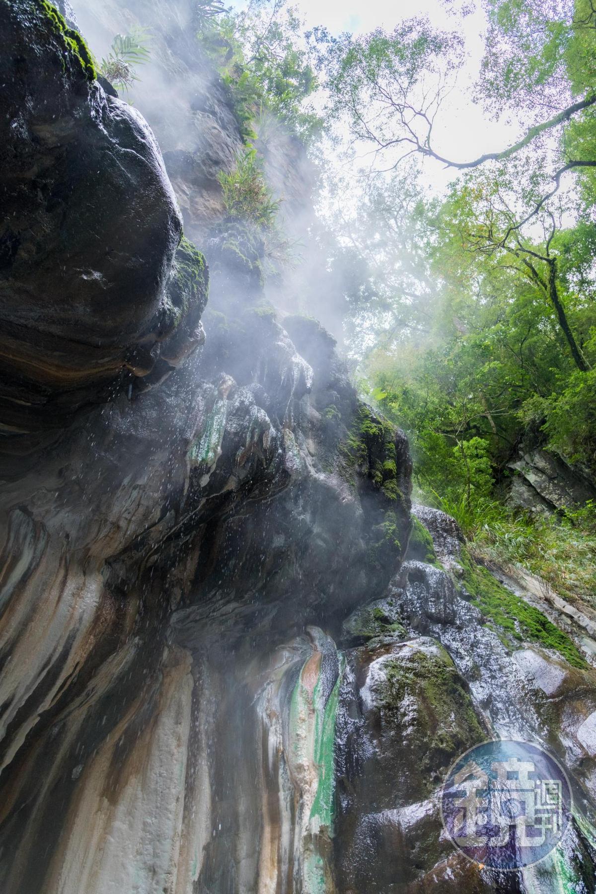 溪水由上方石壁緩緩流下。