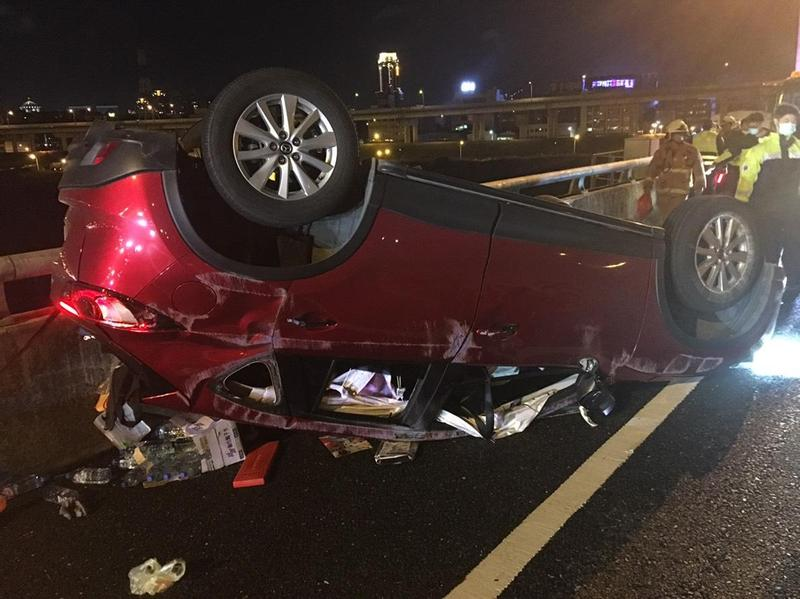 休旅車受損嚴重,駕駛更一度受困車內,所幸被救出後沒有大礙。(翻攝畫面)
