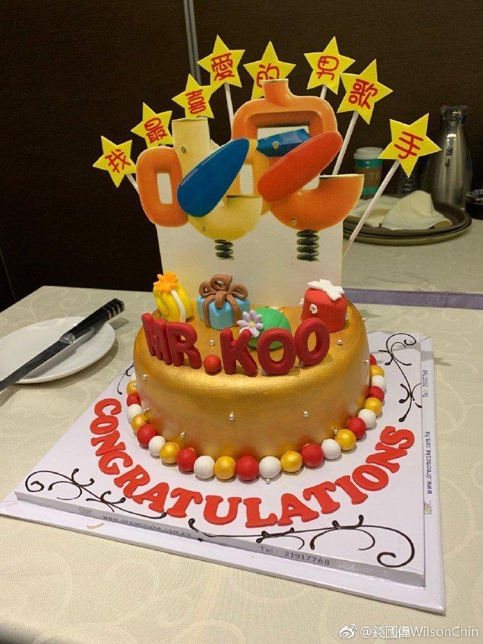 慶功上蛋糕上有「我最喜愛的男歌手」及MR KOO字樣。(翻攝自錢國偉微博)
