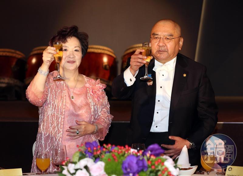 潤泰總裁尹衍樑(右)去年財富逆勢上漲。