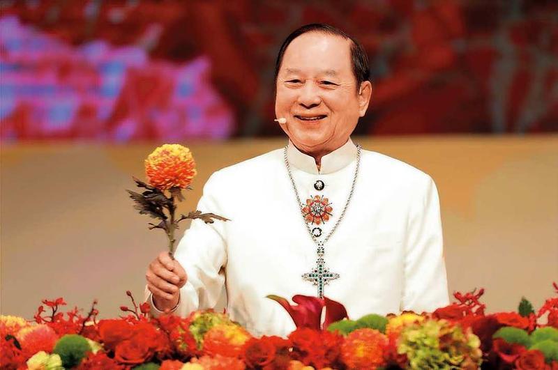 妙天禪師所屬的聖光禪教會,去年12月16日在高雄舉辦大型講座,現場吸引4,000人聆聽開示。(翻攝youtube)