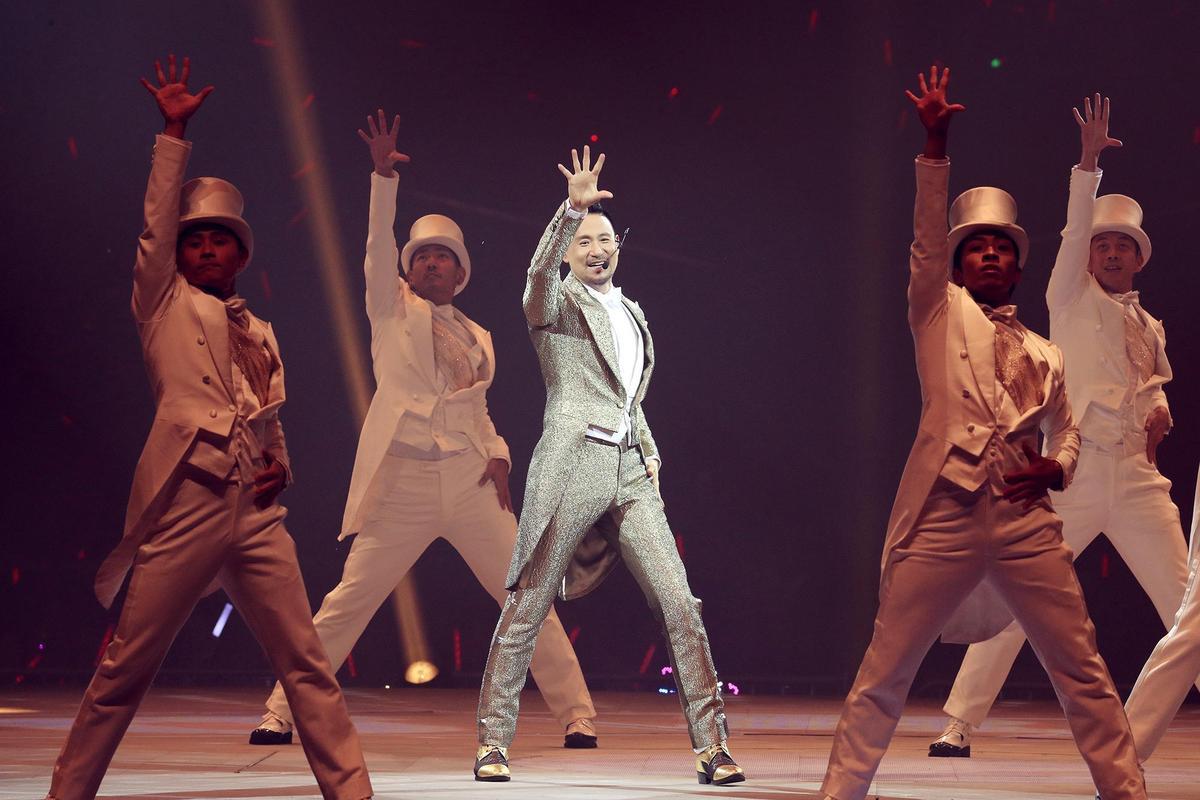 張學友演唱會10套造型全新打造,一開場的銀白西裝炫目登場。 (環球提供)