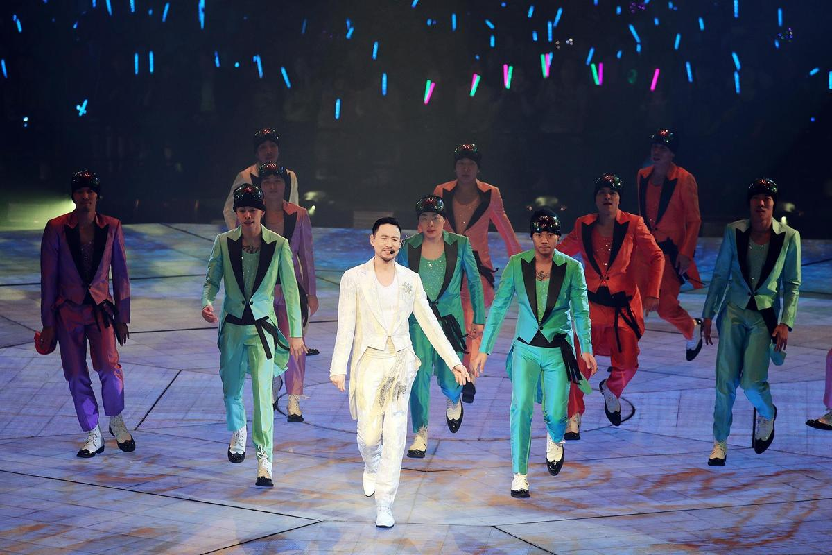 31位舞者與張學友一同登場,展現華麗熱鬧氣氛。 (環球提供)