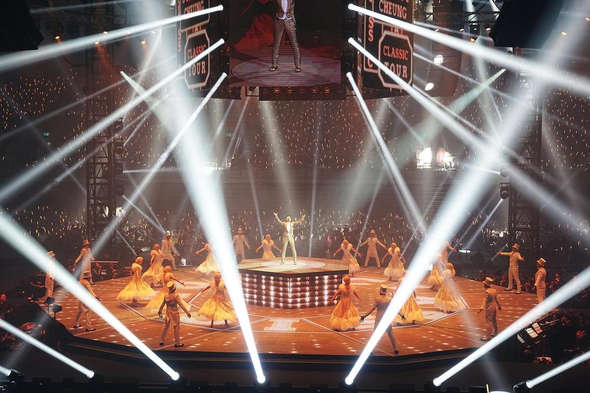 演唱會四面台由張學友親自設計,配合炫目燈光讓人瞠目結舌。 (環球提供)
