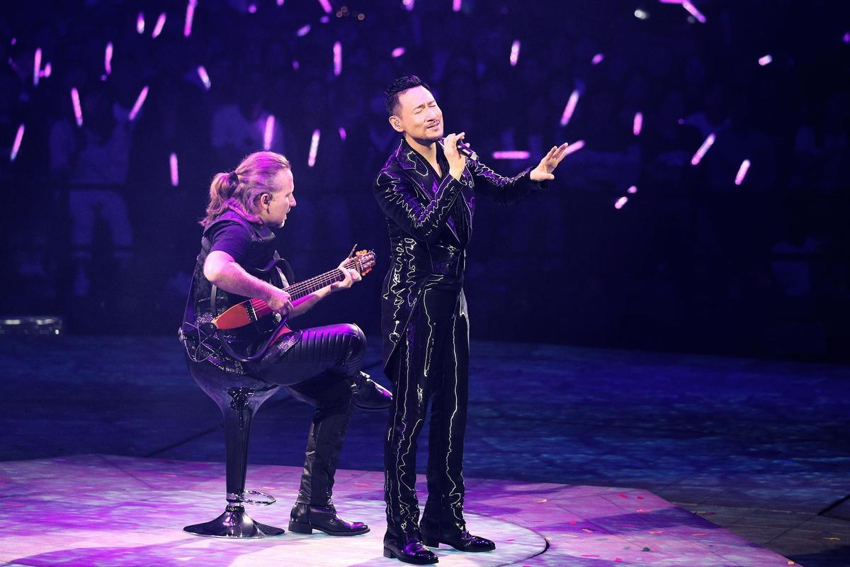 張學友57歲在台上又唱又跳體力驚人,他揚言要唱到70歲讓歌迷超HIGH。(環球提供)