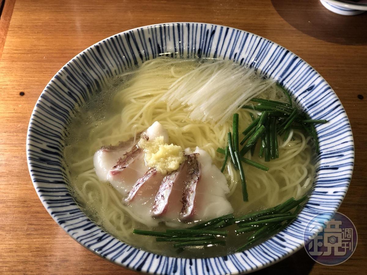 「まかない 㐂いち」的「鯛魚拉麵」只以純粹魚湯和鹽調味,風味高雅。