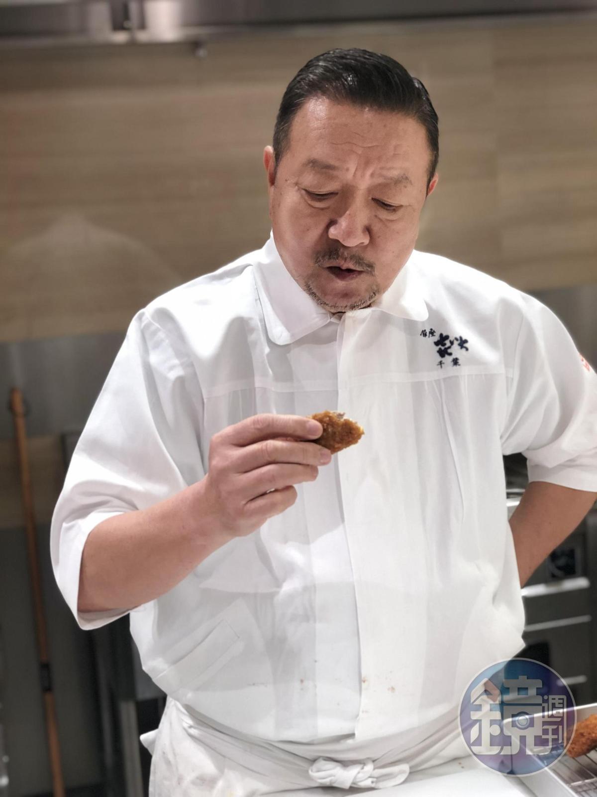 千葉憲二品嚐名氣餅,忍不住大讚好吃。