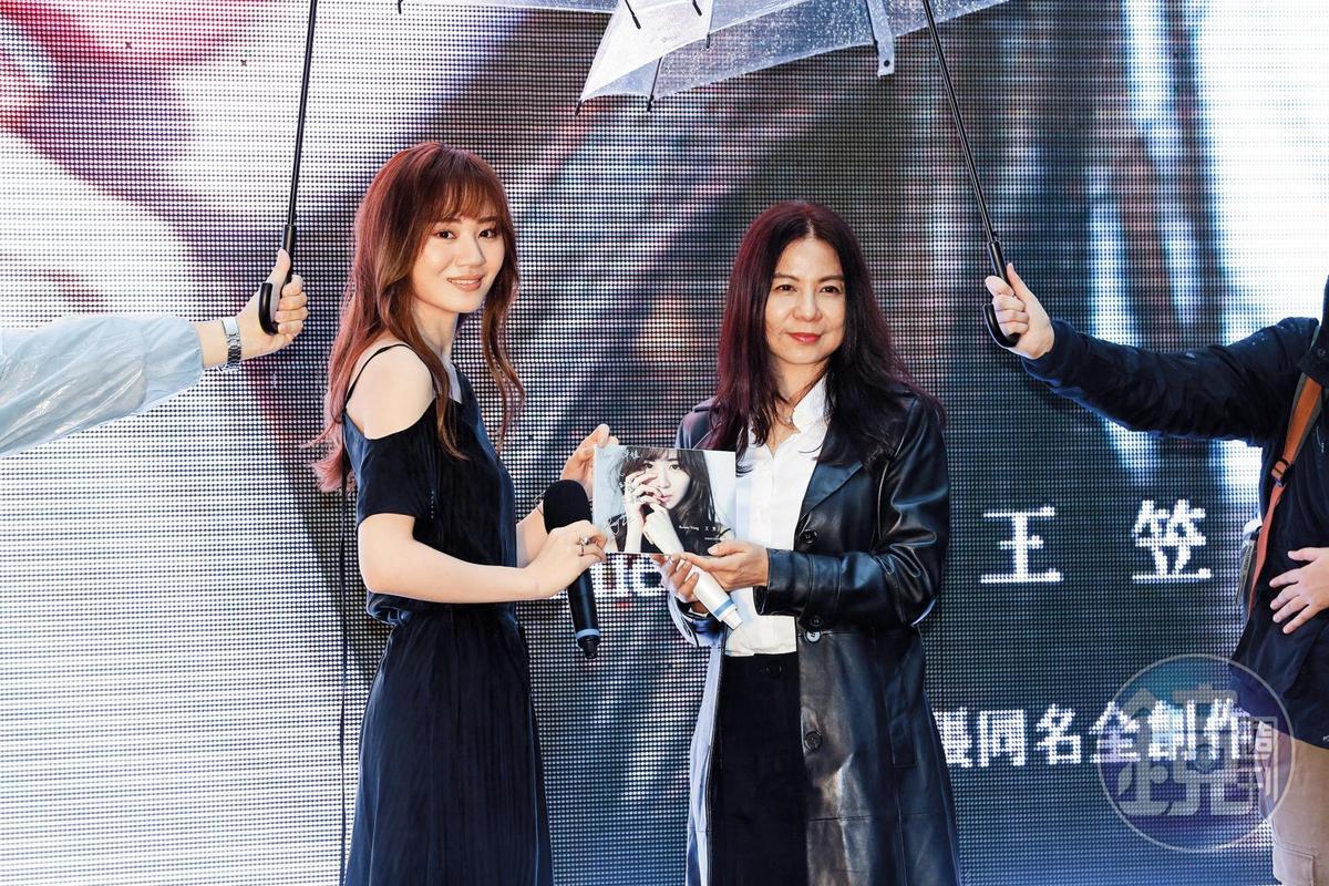 王笠人(左)演唱電視劇《致,第三者》片頭曲〈如果我們再相遇〉創下高詢問度,當年挑中她作品的製作人王珮華(右)算是事業伯樂。