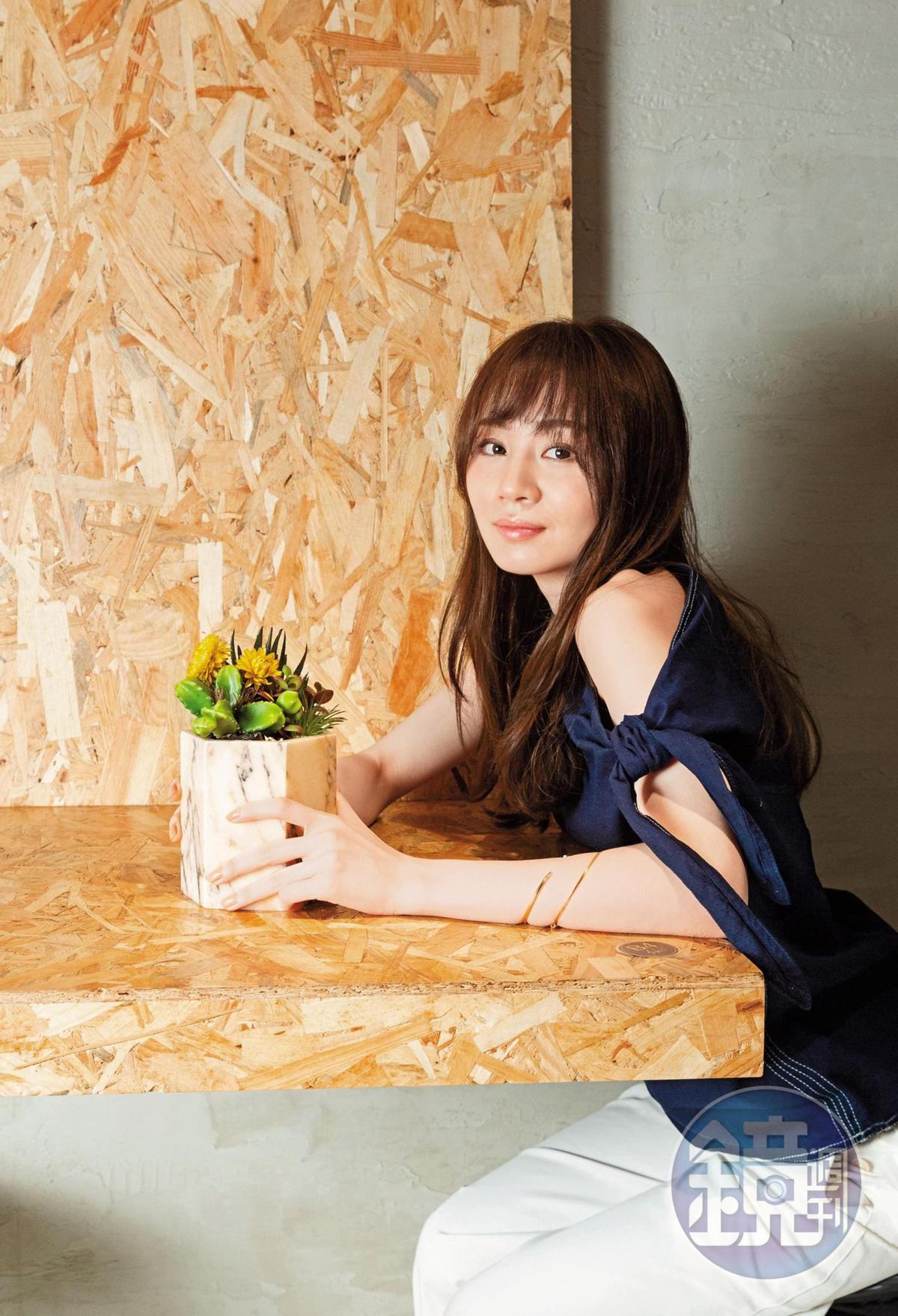 王笠人原本隱身幕後寫歌,卻被公司高層慧眼相中她的歌聲、推上發片歌手之路。