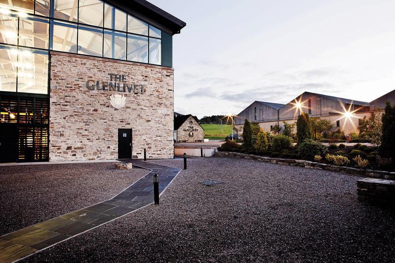 格蘭利威酒廠名中的GLENLIVET,讓我們學到第一個蘇格蘭蓋爾語單字「山谷」(Glen),難怪那麼多蘇格蘭酒廠以「格蘭」命名。圖為黃昏時分的格蘭利威酒廠。