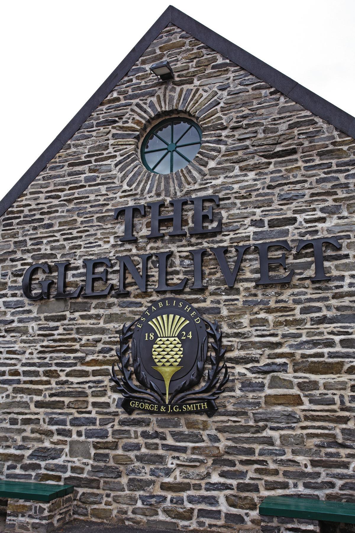 傳統蘇格蘭石板裝飾的牆面上,除了酒廠名之外,像「鳳梨」的圖案其實是蘇格蘭的薊花。