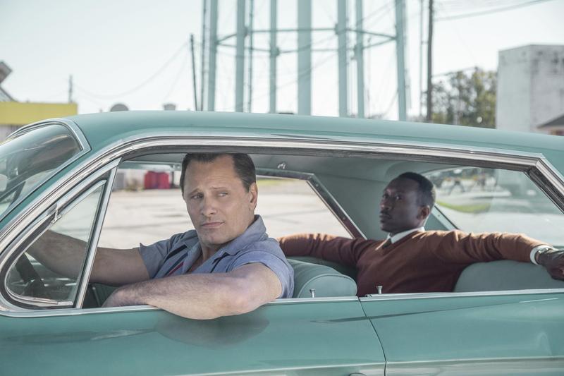 《幸福綠皮書》一舉獲得音樂喜劇類最佳影片、最佳劇本,黑人男星馬赫夏拉阿里拿下最佳配角獎項。(CatchPlay提供)