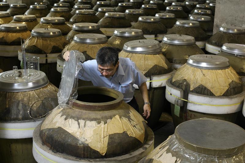台酒公司表示,高粱酒的陳年是透過中性容器陶甕儲陳,經年累月陶甕的毛細孔產生醇化作用,讓口感更圓潤飽和。