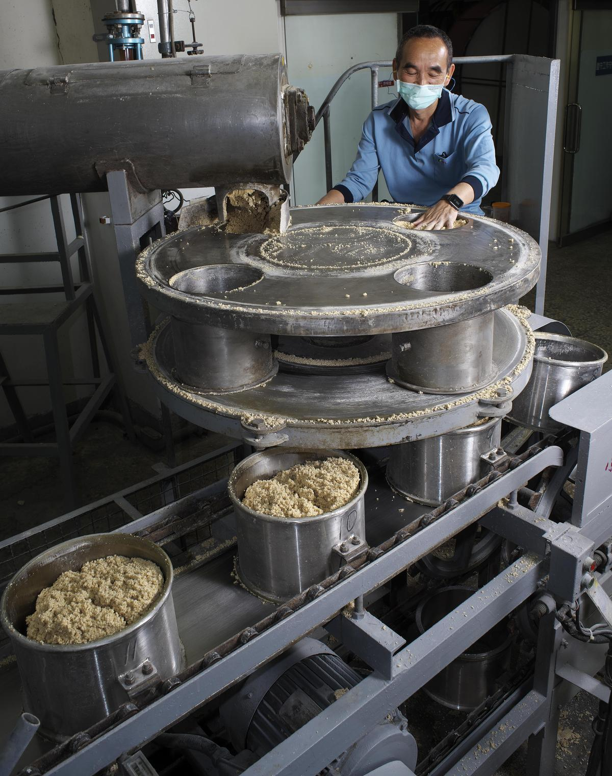 老師傅正在製作麴餅,是高粱風味的關鍵來源之一。麴餅的原料是小麥,這也是為什麼高粱酒酒標上的原料標示,除高粱外還有小麥。