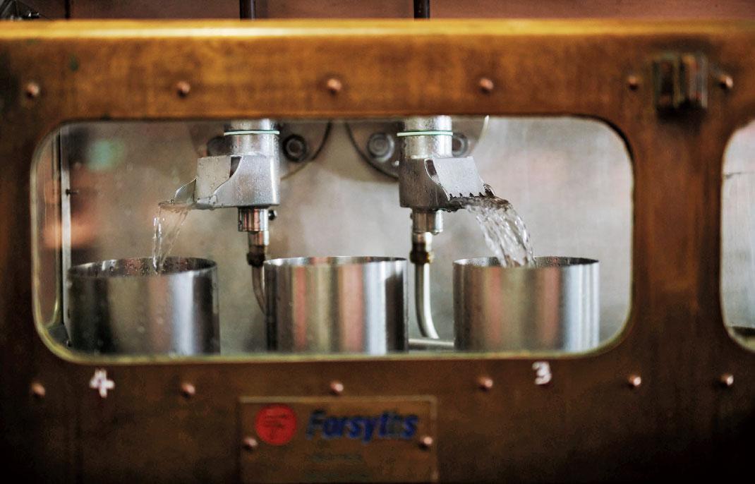 OMAR南投酒廠堅持沿襲正統蘇格蘭麥芽威士忌製程,包括嚴守非冷凝過濾工法、不添加焦糖色素、經橡木桶陳熟4年以上等繁複流程。