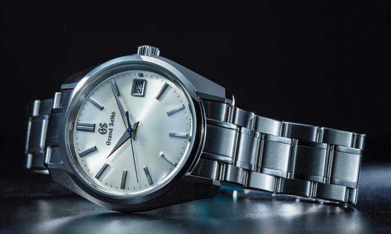 這款看起來像爺爺老錶的 GRAND SEIKO Heritage SBGV205大三針日曆錶款,可以說是最具代表性的GS石英錶款。採用最嚴格標準手工組裝的9F82石英機芯,達到年差±10秒之內的精準度。外型上,更採用1967年問市的「44GS」所奠定的設計理念「Seiko Style」外觀,以超鏡面研磨打造完美無瑕的錶殼,多面鑽石切割時標,寬大銳利的劍形指針,可說是為承襲Grand Seiko的美學而生。功能:時、分、秒指示;日曆顯示;機芯:9F82石英機芯;定價約NT$100,000。(攝影:游銘元)