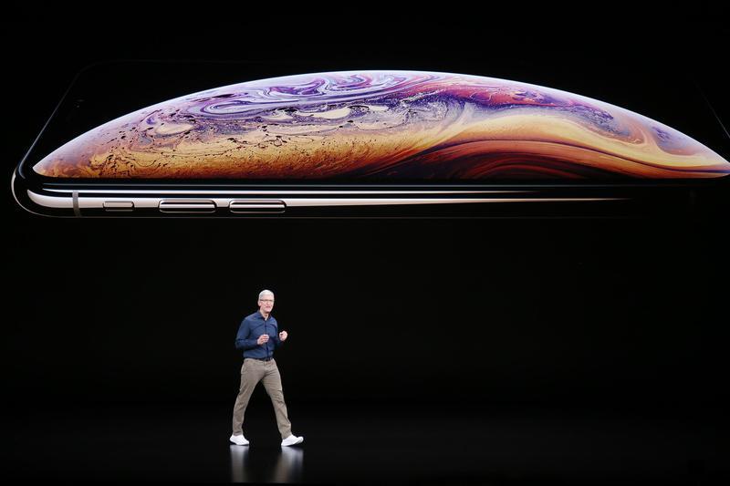 缺乏殺手級的新功能,讓果粉不急著換新機。圖為蘋果公司CEO庫克在去年的新機發表會。(東方IC)