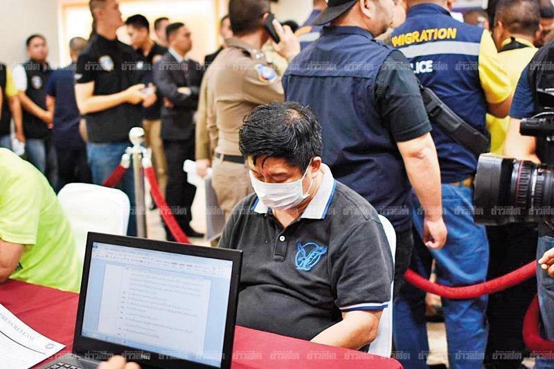 在泰國經營旅行社的江智銓被合作夥伴王柏森指控恐嚇逼債,去年10月在曼谷被警方逮捕。(翻攝Khaosod)