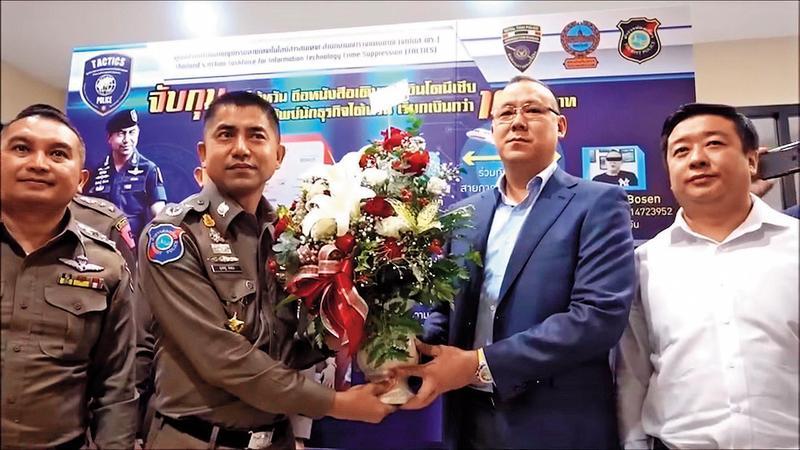 王柏森(右2)去年10月出席泰國移民局記者會,感謝移民局協助逮捕恐嚇他的江智銓,王並獻花給移民局長。(翻攝Youtube)
