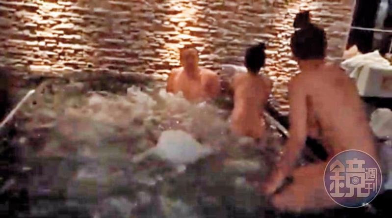 王柏森(左)與2名全裸女子在泰國的高檔浴場3P共浴。(讀者提供)