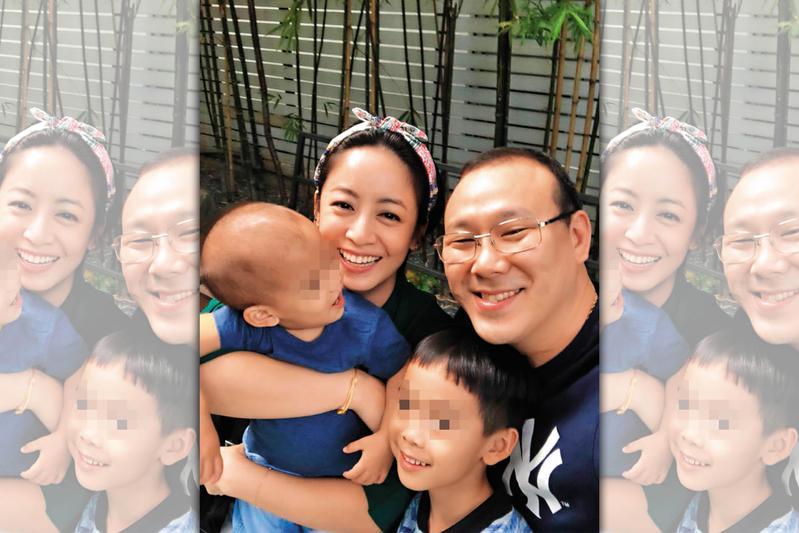 范筱梵(後左)與王伯森(後右)婚後育有2子,目前一家人定居泰國曼谷。(翻攝范筱梵臉書)