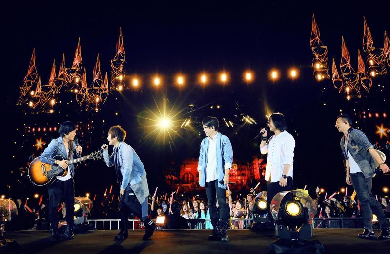 五月天台中最終場昨(6日)開唱,送上超多彩蛋歌曲讓歌迷嗨翻。(相信音樂提供)