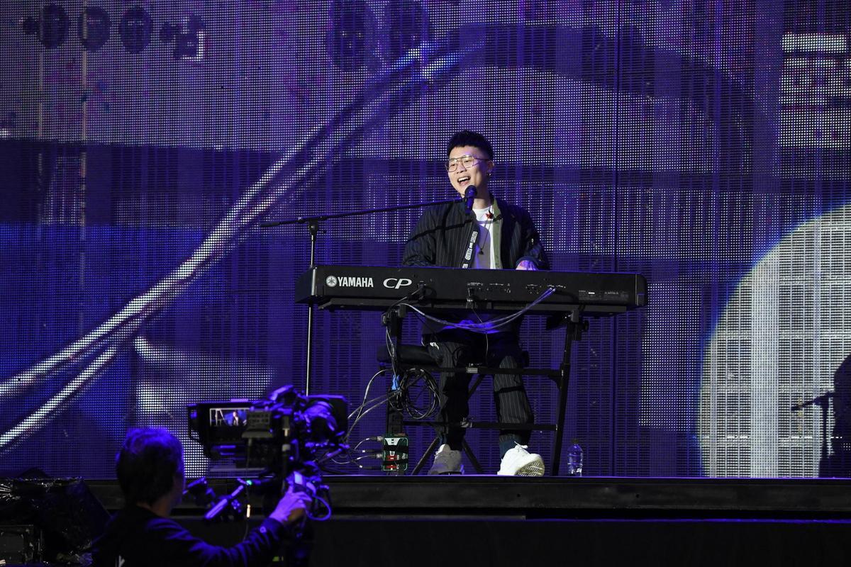 蕭秉治擔任最終場暖場嘉賓,除了專輯歌曲,也有經典情歌組曲。(相信音樂提供)