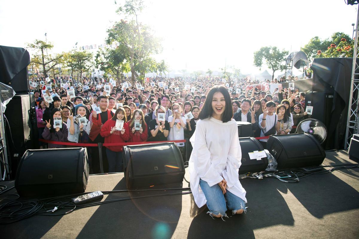 白安在「奇幻漂流舞台」開唱,結束還辦起專輯簽名會。(相信音樂提供)